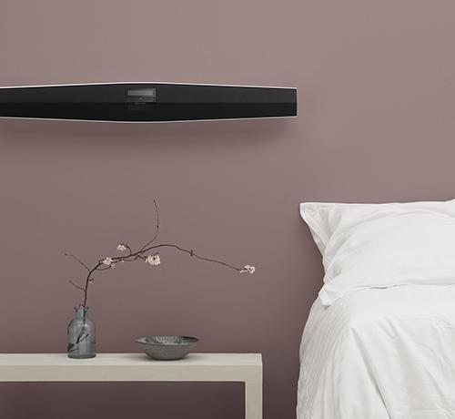 BeoSound 35 på lavt hængende vægbeslag i soveværelse